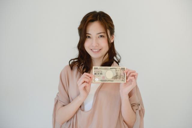 1万円を持つ女性